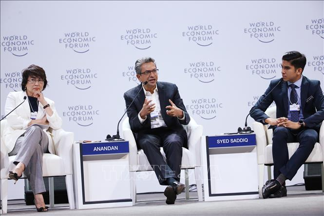 Photo:  Vice President of Google Southeast Asia and India Rajan Anandan (C) speaks at the forum. VNA Photo: Lâm Khánh