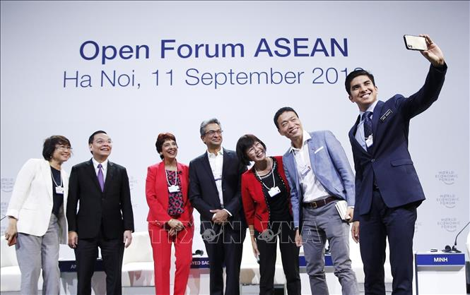 "Photo:  Participants make a ""selfie"" photo after the forum. VNA Photo: Lâm Khánh"