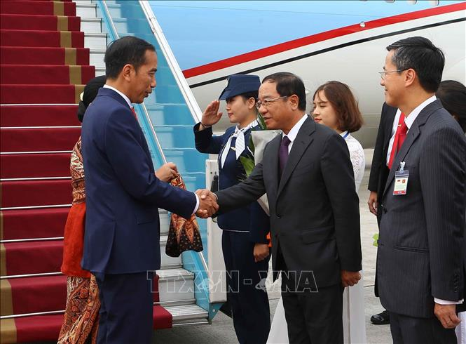 Photo: Chairman of the Presidential Office-Minister Dao Viet Trung (2nd R) welcomes President Joko Widodo and his spouse at Noi Bai International Airport. VNA Photo: Doãn Tấn