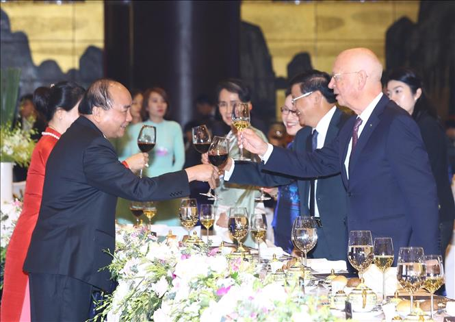 Photo: Prime Minister Nguyen Xuan Phuc and his spouse raise toast to their guests. VNA Photo: Thống Nhất