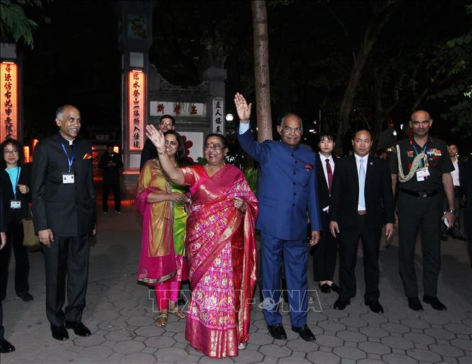 Photo: Indian President Ram Nath Kovind and his spouse greet people nearby. VNA Photo: Lâm Khánh