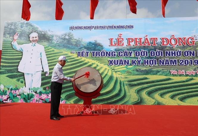Photo: Party General Secretary, President Nguyen Phu Trong beats the drum to launch the New Year Tree Planting Festival. VNA Photo: Trí Dũng