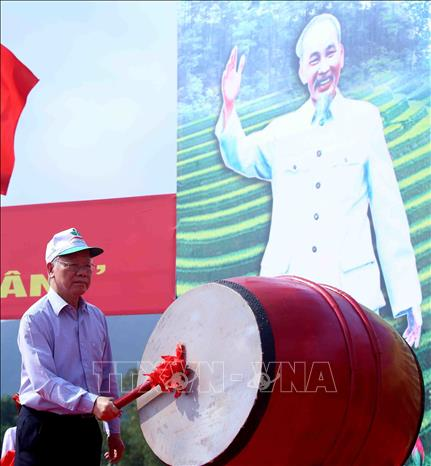 Photo: Party General Secretary, President Nguyen Phu Trong beats the drum to launch the New Year Tree Planting Festival. VNA Photo: Vũ Sinh