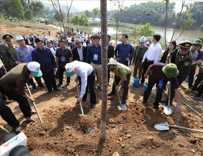 Photo: Party General Secretary, President Nguyen Phu Trong (2nd L) and delegates plant a tree. VNA Photo: Trí Dũng