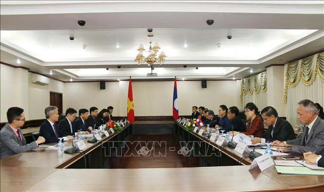 Photo: A view of the working session between Liaison Committee for Overseas Laotians and the Vietnamese delegation. VNA Photo: Xuân Tú