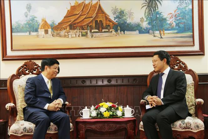 Photo: Lao Foreign Minister Saleumxay Kommasith (R) receives Deputy Foreign Minister Nguyen Quoc Cuong (L). VNA Photo: Xuân Tú