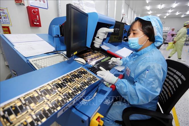 Photo: Processing elastic electronic circuits at Korean-invested Yoong Poong Electrics Vina factory in northern Vinh Phuc province. VNA Photo: Danh Lam