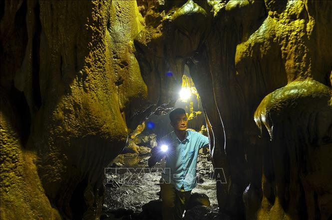Photo: Van Trinh Cave is one of the biggest and most beautiful caves in Ninh Binh province.  VNA Photo: Minh Đức