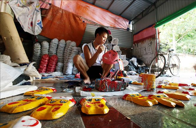 Photo: A craftman is painting masks at the Ong Hao hundreds-year-old craft village in Yen My district, the northern province of Hung Yen. VNA Photo: Phạm Kiên