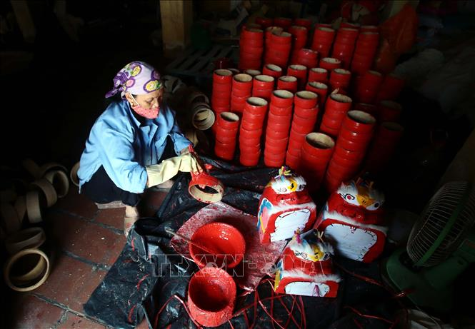 Photo: Drums for Mid-Autumn Festival are made at the Ong Hao hundreds-year-old craft village in Yen My district, the northern province of Hung Yen. VNA Photo: Phạm Kiên
