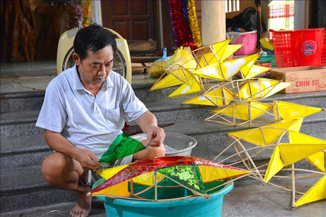 Photo: Bao Dap craft village in Nam Truc district, the northern province of Nam Dinh, has 300 out of total 1,000 households making traditional star-shaped lanterns. VNA Photo: Công Luận