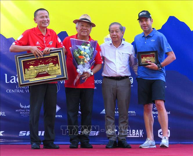 Photo: Chairman of the provincial People's Committee Phan Ngoc Tho (2nd R) with members of the organising board and racer Cadel Evans. VNA Photo: Tường Vy