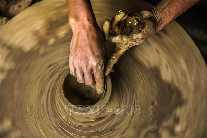 Photo: A pottery product is being shaped. VNA Photo: Trọng Đạt