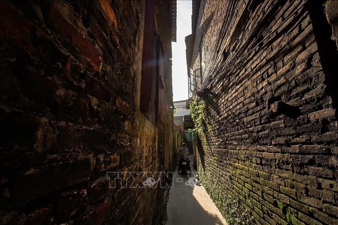 Photo: Zigzag lanes in Bat Trang village - another attractive feature for tourists to discover. VNA Photo: Trọng Đạt