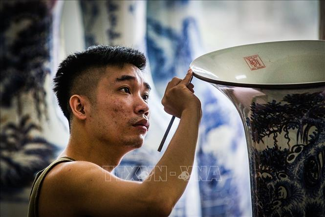 Photo: Young generations of craftmen succeed in creating new products. VNA Photo: Trọng Đạt
