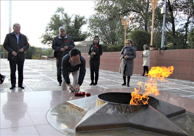Photo: Ambassador Ngo Duc Manh lays flowers at the Memorial to Kalmyk's Army 28. VNA Photo: Duy Trinh