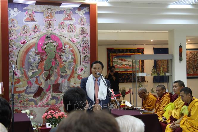 Photo: Ambassador Ngo Duc Manh addresses the opening of an exhibition on Green Tara. VNA Photo: Duy Trinh