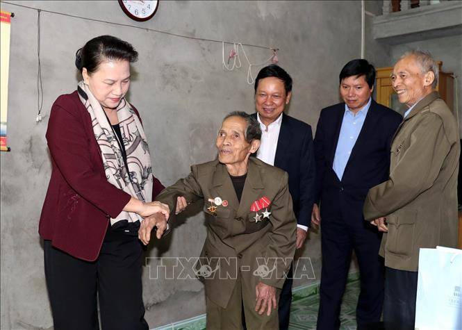 Photo: NA Chairwoman Nguyen Thi Kim Ngan visits the family of Nguyen Van Bon, a war invalid in Tay Phong commune, Cao Phong district. VNA Photo: Trọng Đức