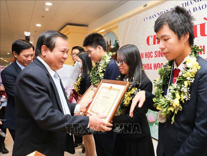 Trong ảnh: Tặng giấy khen của Giám đốc Sở Giáo dục và Đào tạo Hà Nội cho học sinh đạt thành tích trong Kỳ thi Olympic Khoa học trẻ quốc tế IJSO  năm 2019. Ảnh: Thanh Tùng-TTXVN
