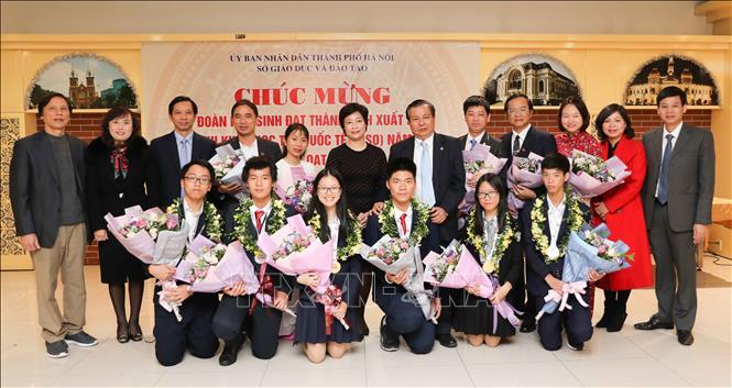 Trong ảnh: 6 học sinh đạt huy chương trong kỳ thi Olympic Khoa học trẻ quốc tế IJSO năm 2019. Ảnh: Thanh Tùng-TTXVN