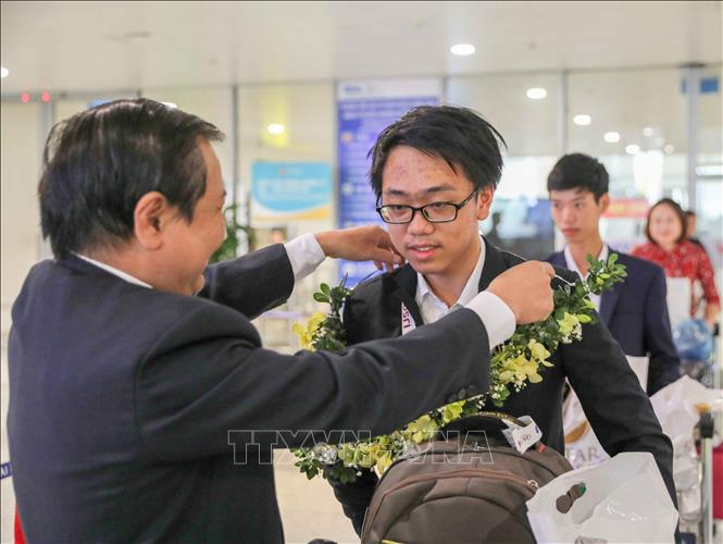 Trong ảnh: Phó giám đốc Sở Giáo dục và Đào tạo Hà Nội Lê Ngọc Quang đón, chúc mừng thí sinh dự thi Olympic Khoa học trẻ quốc tế IJSO năm 2019. Ảnh: Thanh Tùng-TTXVN