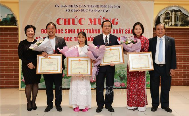 Trong ảnh: Tặng giấy khen của Giám đốc Sở Giáo dục và Đào tạo Hà Nội cho các thầy, cô có nhiều đóng góp trong kỳ thi Olympic Khoa học trẻ quốc tế IJSO năm 2019. Ảnh: Thanh Tùng-TTXVN