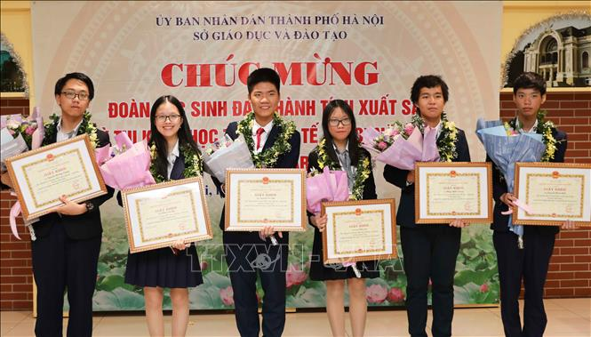 Trong ảnh: 6 học sinh dự thi đều đạt huy chương trong kỳ thi Olympic Khoa học trẻ quốc tế IJSO năm 2019. Ảnh: Thanh Tùng-TTXVN