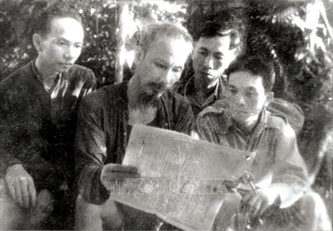 Trong ảnh: Chủ tịch Hồ Chí Minh cùng các đồng chí Trường Chinh, Lê Đức Thọ, Võ Nguyên Giáp đọc báo tại ATK Thái Nguyên, năm 1947. Ảnh: Tư liệu/TTXVN phát