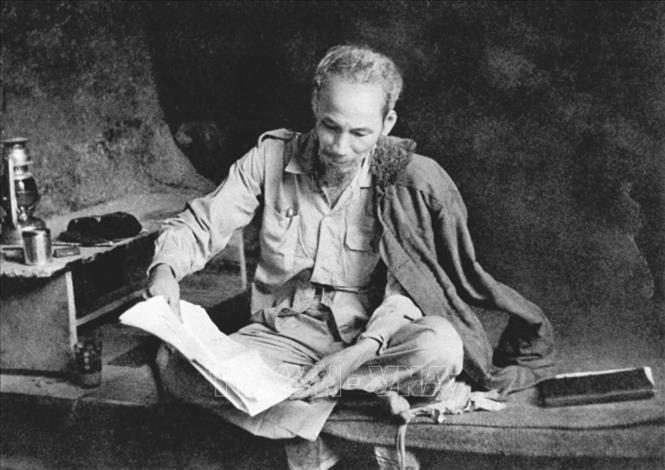Bác Hồ không những là nhà báo mà còn là độc giả tích cực của báo chí trong nước và thế giới. Bác tự rèn mình một phong cách đọc báo đều đặn, nghiêm túc. Trong ảnh: Bác Hồ đọc báo ở chiến khu Việt Bắc (1951). Ảnh: Tư liệu TTXVN