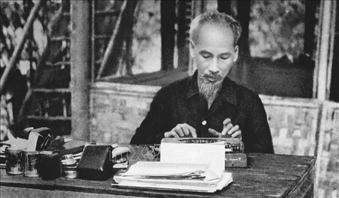 Trong suốt quá trình hoạt động cách mạng và trên cương vị người đứng đầu đất nước, Bác Hồ đã viết hàng nghìn bài báo với nhiều thể loại và bằng nhiều bút danh khác nhau. Trong ảnh: Chủ tịch Hồ Chí Minh làm việc tại chiến khu Việt Bắc trong thời kỳ kháng chiến chống thực dân Pháp. Ảnh: Tư liệu TTXVN