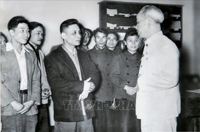 Trong ảnh: Bác Hồ thăm và chúc Tết cán bộ, phóng viên Báo Nhân Dân, năm 1957. Ảnh: Tư liệu/TTXVN phát