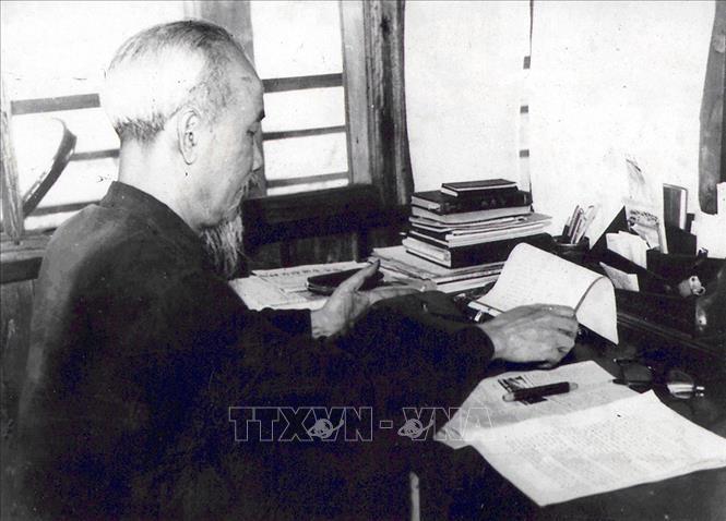 Trong suốt quá trình hoạt động cách mạng và trên cương vị người đứng đầu đất nước, Bác Hồ đã viết hàng nghìn bài báo với nhiều thể loại và bằng nhiều bút danh khác nhau. Trong ảnh: Bác Hồ làm việc tại tầng 2 Nhà sàn trong Phủ Chủ tịch, tháng 4/1960. Ảnh: Tư liệu TTXVN