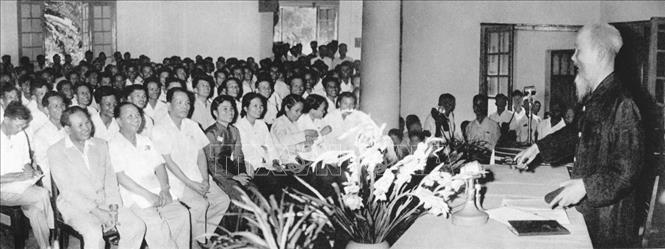 """Trong ảnh: Tại Đại hội lần thứ III Những người viết báo Việt Nam, Chủ tịch Hồ Chí Minh căn dặn: """"Cán bộ báo chí cũng là chiến sĩ cách mạng. Cây bút, trang giấy là vũ khí sắc bén"""" (8/9/1962). Ảnh: Tư liệu/TTXVN phát"""