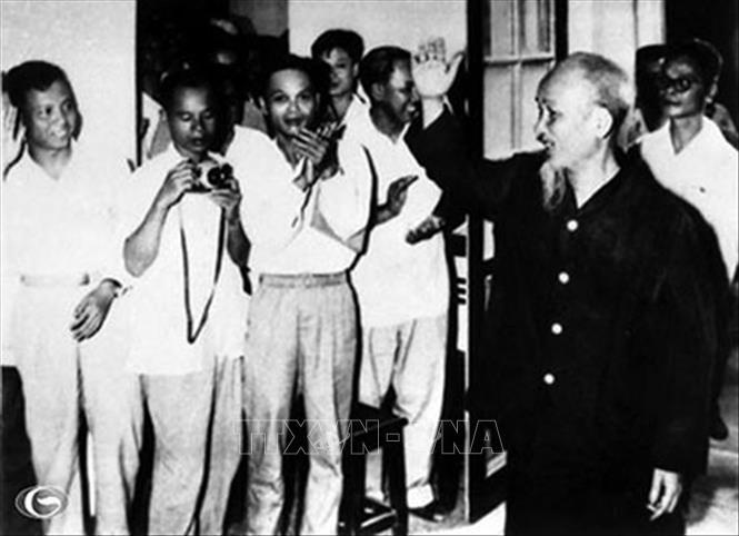 Trong ảnh: Chủ tịch Hồ Chí Minh gặp gỡ các đại biểu dự Đại hội đại biểu Hội Nhà báo Việt Nam lần thứ III, tháng 3/1963. Ảnh: Tư liệu/TTXVN phát