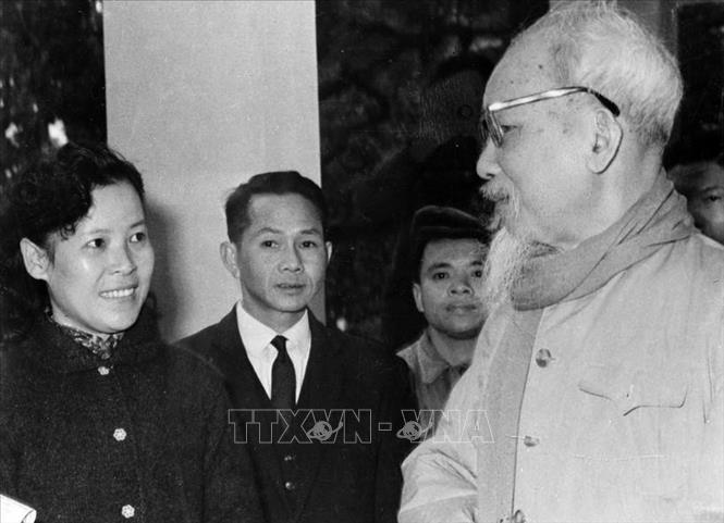 Trong ảnh: Chủ tịch Hồ Chí Minh dặn dò nữ phóng viên Tuệ Oanh của Việt Nam Thông tấn xã về cách viết tin trong dịp đưa tin cuộc bầu cử Quốc hội khóa III (26/4/1964). Ảnh: Tư liệu TTXVVN