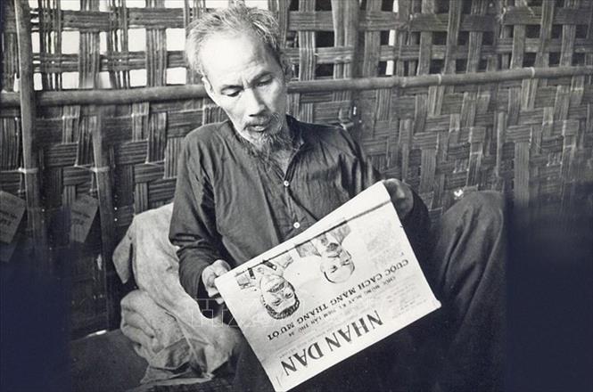 Bác Hồ là độc giả tích cực của báo chí trong nước và thế giới. Bác tự rèn mình một phong cách đọc báo đều đặn, nghiêm túc. Bác không hẹn tiếp khách vào đầu giờ làm việc hàng ngày, giờ đó việc đầu tiên là Người xem qua các báo. Trong ảnh: Bác Hồ đọc báo Nhân Dân ở chiến khu Việt Bắc (1951). Ảnh: Tư liệu TTXVN