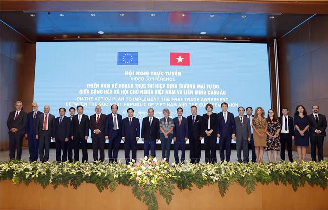 Photo: PM Xuan Phuc poses for photo with delegates at the video conference. VNA Photo: Thống Nhất