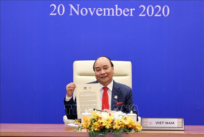 Photo: PM Nguyen Xuan Phuc and leaders of other member economies approve APEC Putrajaya Vision 2040. VNA Photo: Thống Nhất