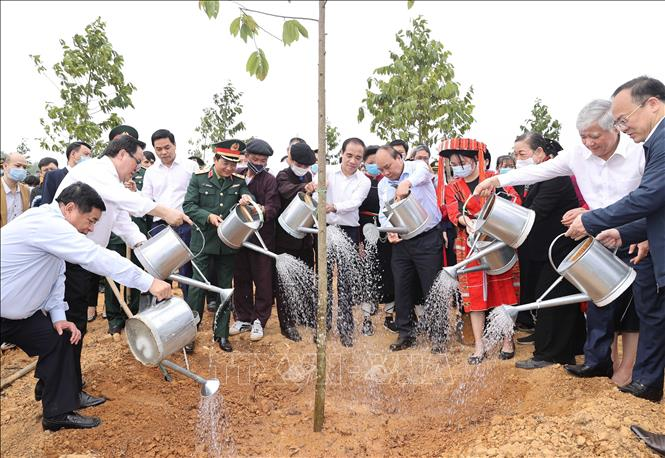 Photo: PM Nguyen Xuan Phuc and local people join in the tree-planting campaign. VNA Photo: Thống Nhất