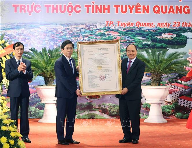Photo: PM Nguyen Xuan Phuc attends the ceremony announcing Tuyen Quang city as a second-tier urban area. VNA Photo: Thống Nhất