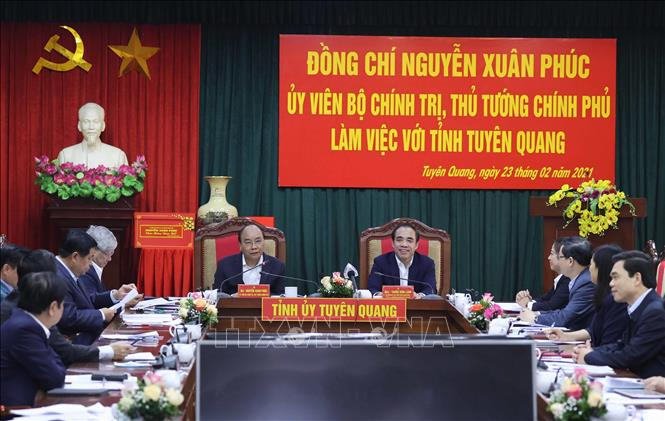 Photo: PM Nguyen Xuan Phuc has a working session with the local authorities. VNA Photo: Thống Nhất
