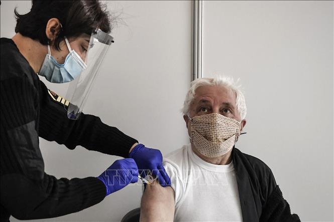 Trong ảnh: Tiêm vaccine ngừa COVID-19 cho người dân tại Athens, Hy Lạp ngày 2/4/2021. Ảnh: AFP/TTXVN